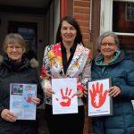 24.01.18 Kirsten Lühmann, MdB, SPD nimmt von der Plan Aktionsgruppe Celle die roten Hände entgegen.